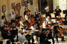 C'est dans le cadre des festivités consacrant la 400 éme année du Lycée Guy-Chauvet , et à l'invitation de l'Atelier Cordes de ce dernier, que l'Orchestre Symphonique de l'Université de Poitiers (direction Augustin Maillard), et l'Orchestre de l'Ecole de Cordes du Loudunais  (direction Nicolas Verdon) se sont produit à la Collégiale Sainte-Croix de Loudun, le Dimanche 6 Février à 16 H. Lieu où se tient l'exposition photos ''Les images de l'Histoire''. A cette occasion, quatre jeunes solistes se sont joint à  l'Orchestre de l'Université de Poitiers. Tao Xie : dans le premier mouvement du cinquième concerto  pour piano de Ludwig  van Beethoven. Jacques Loiseau : dans le premier mouvement du deuxième concerto pour Violoncelle de Anton Dvorak. Magali Ellul : dans le premier mouvement du deuxième concerto  pour piano de Sergueï Rachmaninoff. Jean-François Bersot : (premier violon de l'OUP), dans la Danse Macabre de Camille Saint-Saëns. Pour ce concert, les élèves de l'Atelier Cordes du Lycée Guy-Chauvet sont venu renforcer l'efectif de  l'Orchestre de l'Ecole de Cordes du Loudunais.